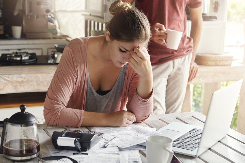 ung kvinne betaler regninger