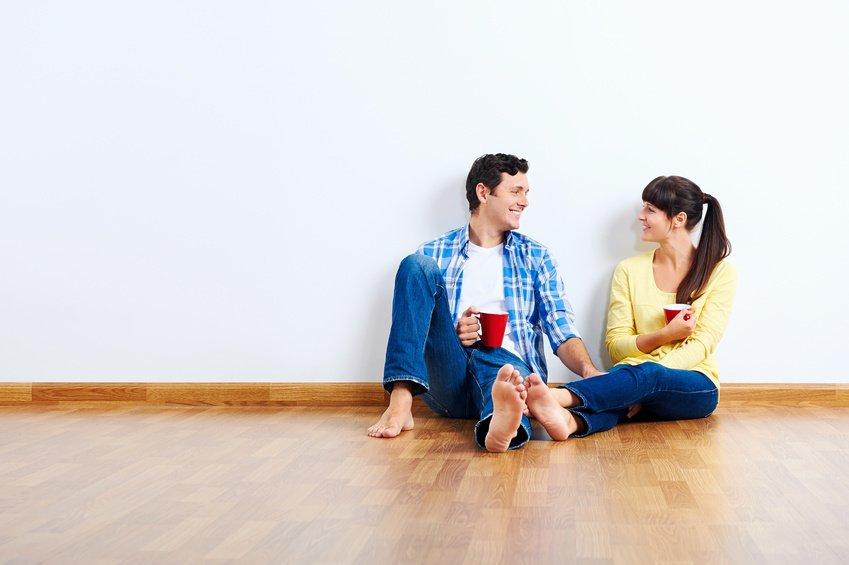 Ungt par i nykjøpt leilighet